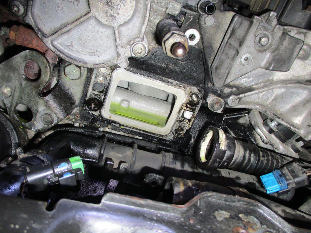 Blok motoru 1.6HDi 16V po demontáží vadného termostatu.